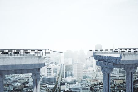 Concrete brug met hiaat op stadsachtergrond. Uitdaging en probleem overwinnen concept. 3D-weergave Stockfoto