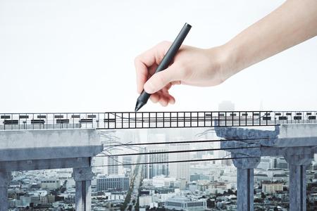 Hand die abstracte brug met hiaat trekt op stadsachtergrond. Uitdaging en bepaling concept. 3D-weergave