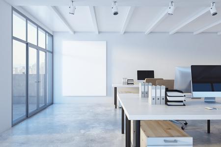 Interior de oficina de coworking concreto moderno con vista a la ciudad, luz del día y banner vacío. Maqueta, renderizado 3D Foto de archivo - 90457441