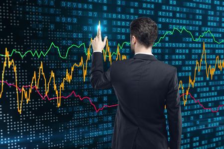 Achteraanzicht van jonge zakenman met behulp van abstracte forex grafiek. Analyse en financiën concept. 3D-weergave