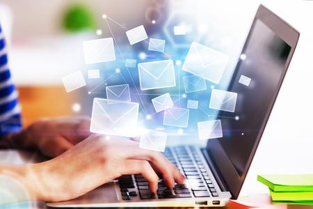 Mani facendo uso del computer portatile con l'interfaccia astratta del email. Concetto di rete e-mail. Rendering 3D