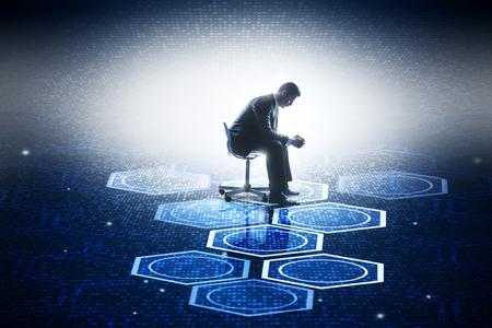 Vue de côté de jeune homme d & # 39 ; affaires assis sur la composition numérique abstraite . innovation et le concept de l & # 39 ; avenir . rendu 3d Banque d'images - 93434499