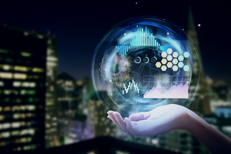 Ciérrese para arriba de la mano que sostiene la interfaz digital del negocio en fondo abstracto borroso de la ciudad de la noche. Comunicación y concepto de red. Exposicion doble