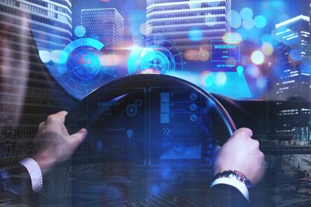 Homem de negócios que conduz o carro com relação digital do negócio no fundo abstrato da cidade da noite. Futuro e conceito de inovação. Dupla exposição