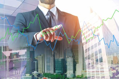 Concept de l & # 39 ; investissement et de l & # 39 ; équipe. homme d & # 39 ; affaires foncé avec le graphique abstrait forex sur fond de ville urbain. Banque d'images - 96137428