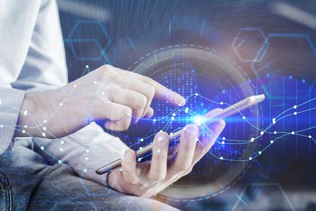 Hände, die Tablette mit digitalem Forex-Kartenschnittstellenhologramm verwenden. Technologie-, Geld- und Bankenkonzept. Doppelbelichtung Standard-Bild
