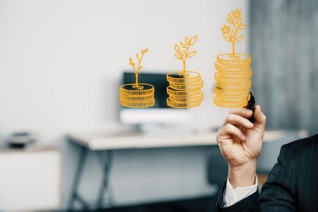 Doppelbelichtung mit Wachstumsmünzenspalten und Mannhand. Konzept der Erfolgseinsparungen und Kapital.
