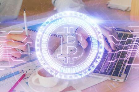 Holograma de tema de moneda Crypto con empresario trabajando en equipo en segundo plano. Concepto de blockchain. Exposición doble.