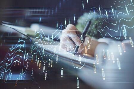 Finanzforex-Diagramm wird auf Händen angezeigt, die Notizen Hintergrund machen. Konzept der Forschung. Mehrfachbelichtung
