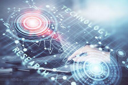 Un homme travaillant sur un ordinateur portable avec un dessin sur le thème de la technologie. Concept de données volumineuses. Double exposition.