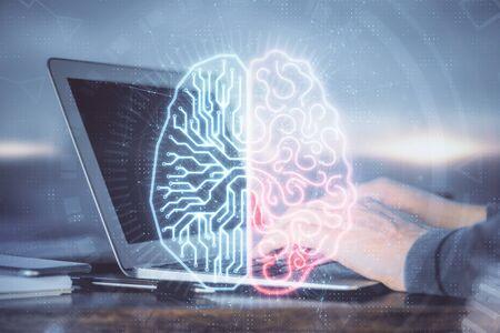 Hombre escribiendo en el fondo del teclado con holograma cerebral. Concepto de Big Data. Exposición doble. Foto de archivo