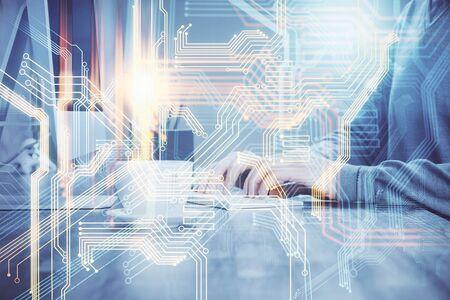 Podwójna ekspozycja hologramu mapy świata z człowiekiem pracującym na komputerze w tle. Pojęcie worldweb. Zdjęcie Seryjne