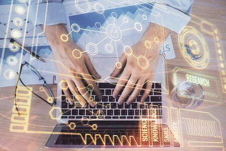 Homme d'affaires avec une formation en informatique avec un hologramme de thème technologique. Concept de données volumineuses. Double exposition.