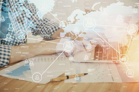 Ologramma a tema social network con uomo d'affari che lavora al computer sullo sfondo. Concetto di world wide web. Multi esposizione.