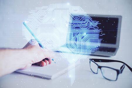 Mains de l'homme avec dessin à double exposition du cerveau. Concept d'apprentissage humain. Banque d'images