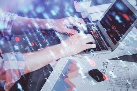 Multi esposizione dell'ologramma tecnologico con l'uomo che lavora sullo sfondo del computer. Concetto di big data.