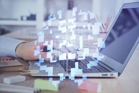 Hombre de negocios que trabaja en la computadora portátil con dibujo de tema de tecnología. Concepto de big data. Exposición doble.