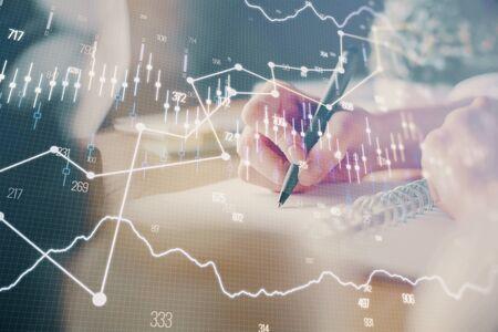 Grafico forex finanziario visualizzato sulle mani che prendono le note dello sfondo. Concetto di ricerca. Esposizione multipla Archivio Fotografico