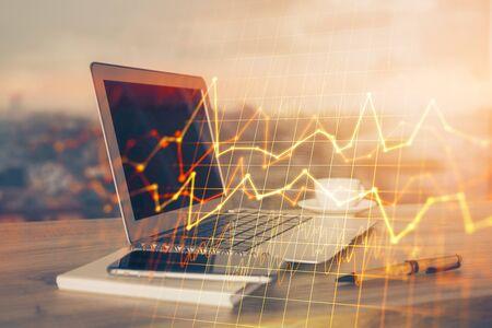 Doppelbelichtung von Forex-Chart und Arbeitsbereich mit Computer Konzept des internationalen Online-Handels.