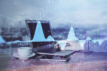 Doppia esposizione del grafico con l'uomo che digita sul computer in ufficio sullo sfondo. Concetto di duro lavoro.