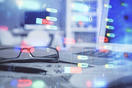 Ologramma di tecnologia dati con gli occhiali sullo sfondo del tavolo. Concetto di tecnologia. Esposizione doppia.