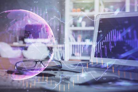 Bunte Zeichnung und Tabelle des Finanzgraphen mit Computer im Hintergrund. Mehrfachbelichtung. Konzept der internationalen Märkte.