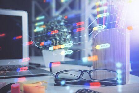 Hologramme de technologie de données avec des lunettes sur le fond de la table. Concept de technologie. Double exposition.