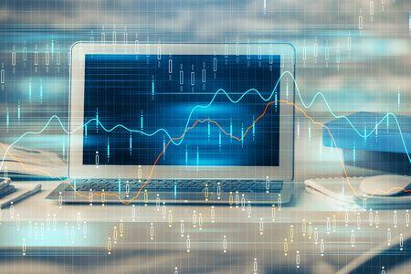 Mehrfachbelichtung von Forex-Chart und Arbeitsraum mit Computer. Konzept des internationalen Online-Handels.
