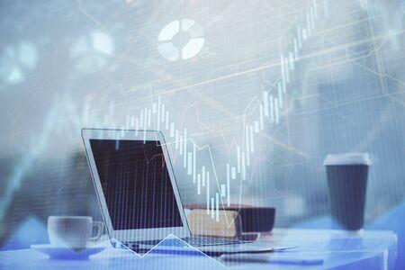 Ologramma grafico Forex sul tavolo con sfondo computer. Multi esposizione. Concetto di mercati finanziari. Archivio Fotografico