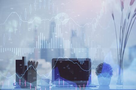 Ologramma grafico Forex sul tavolo con sfondo computer. Esposizione doppia. Concetto di mercati finanziari.