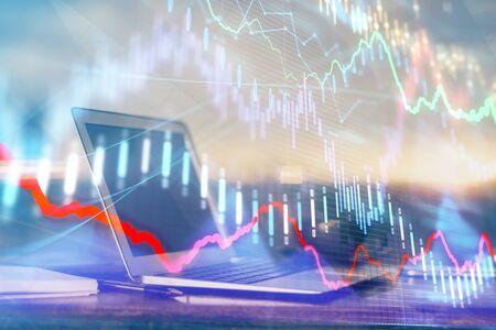 Ologramma grafico del mercato Forex e personal computer sullo sfondo. Multi esposizione. Concetto di investimento. Archivio Fotografico