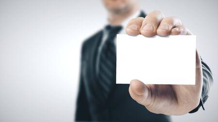 Empresario sosteniendo una tarjeta de visita en blanco. Concepto de éxito empresarial. De cerca Foto de archivo
