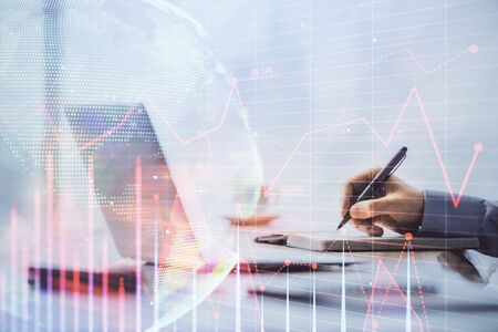 Mehrfachbelichtung des Forex-Charts mit Mann, der am Computer im Hintergrund arbeitet. Konzept der Marktanalyse. Standard-Bild