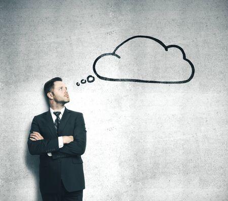 Hombre de negocios en traje pensando y discurso de burbuja sobre la cabeza. Concepto de negocio y puesta en marcha.