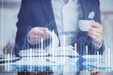 Doppia esposizione dell'uomo d'affari con il caffè con il grafico forex del mercato azionario.