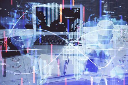 Mehrfachbelichtung von Business-Themensymbolen und Arbeitsbereich mit Computerhintergrund. Konzept des Erfolgs.