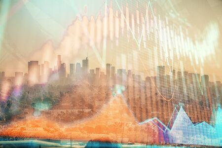 Forex-Diagramm auf Stadtbild mit Wolkenkratzertapete Mehrfachbelichtung. Konzept der Finanzforschung.