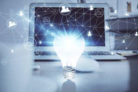 Ordinateur de bureau au bureau avec hologramme d'icône d'ampoule. Exposition multiple. Concept d'idée.