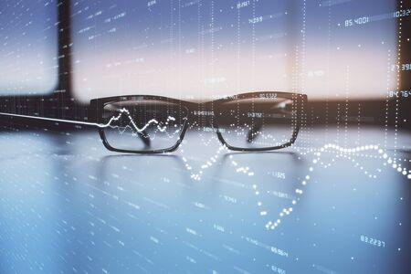 Hologramme de graphique financier avec des lunettes sur le fond de la table. Concept d'entreprise. Double exposition. Banque d'images