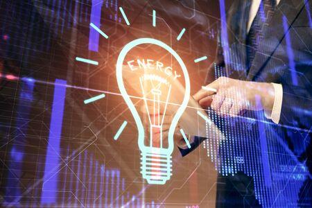 Podwójna ekspozycja rąk mężczyzny trzymających i używających urządzenia cyfrowego i rysunku hologramu żarówki. Koncepcja pomysłu.