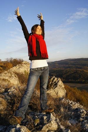 aire puro: Chica joven que estira sus brazos en la parte superior de una libertad sentimiento de montaña