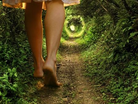 alice au pays des merveilles: Un collage de deux images montrant g�ants jambes f�minines marchant sur un chemin forestier en forme de tunnel avec une lumi�re � la fin