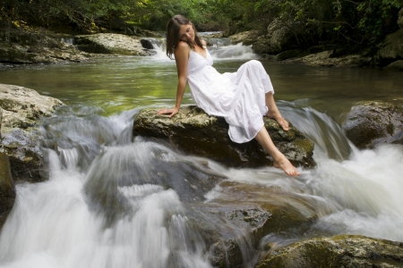 Belle jeune fille jouissant de la purification elle-même dans l'eau claire d'un ruisseau de montagne Banque d'images - 14070692