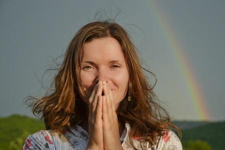 gratitudine: Bella giovane donna in cerca Dom ringraziando � tornato