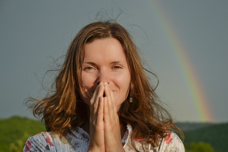 mujer rezando: Hermosa mujer joven que busca dom agradeciendo ha vuelto
