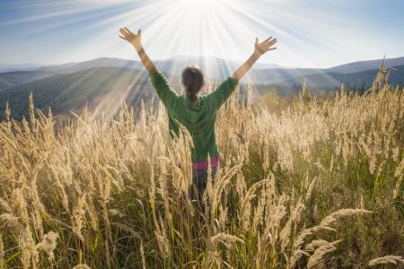 gratitudine: Felice giovane ragazza godendo la bellezza della giornata di sole autunnale in alta montagna Archivio Fotografico
