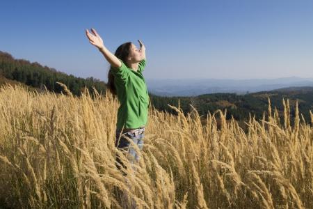 gratitudine: Felice giovane ragazza godendo la bellezza della soleggiata giornata d'autunno in alta montagna Archivio Fotografico