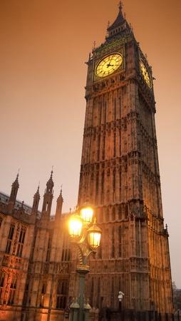 Big Ben in goldenes Licht in der Dämmerung Standard-Bild