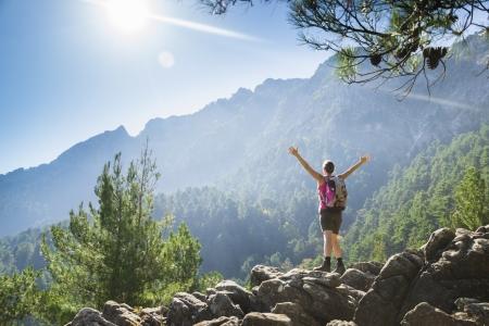 escalando: Hermosa mujer joven en forma de excursión a una montaña y disfrutar de la vista en la isla de Tasos, Grecia. Foto de archivo