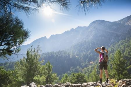 Belle jeune femme en forme randonnée sur une montagne et profiter de la vue sur l'île de Thassos, Grèce. Banque d'images - 25204583